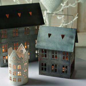Lampiony bożonarodzeniowe w kształcie domków wykonanych z metalu stworzą magiczny nastrój małego miasteczko spowitego zimową aurą. Fot. Inne Meble.