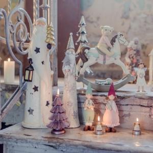 Kolekcja świąteczna z oferty Home&You przenosi nas w bajeczny świat skrzatów, misiów i koników na biegunach. Fot. Home&You.