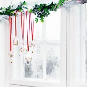 Ozdoby, która sprawią, że zarówno choinka, jak i domowe wnętrze nabiorą świątecznego klimatu. Ręcznie dmuchane szkło prezentuje się bardzo szlachetnie i elegancko, a kolorowe elementy dodają ozdobie stylu i charakteru. Fot. Holmegaard.