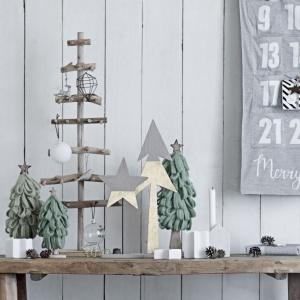 Wyjątkowo prosta choinka bożonarodzeniowa Bloomingville. Wykonana z drewna wprowadzi do każdego domu atmosferę prawdziwych skandynawskich świąt. Fot. Opa&Company.
