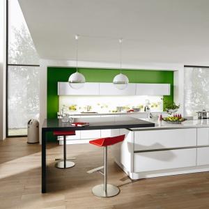 Z prostymi i nowoczesnymi bryłami mebli dobrze jest skomponować fototapetę. Motyw orzeźwiających owoców za szkłem dodaje kuchni dynamizmu. Na zdjęciu: zabudowa z programu G888 Vitus marki Wellman. Fot. Wellman.