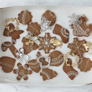 Dekoracje z kolekcji Karen Blixen's Christmas, staną się nie tylko ozdobą elegancko nakrytego stołu, ale również skłonią zasiadających przy nim członków rodziny do uśmiechu. Fot. Rosendahl.