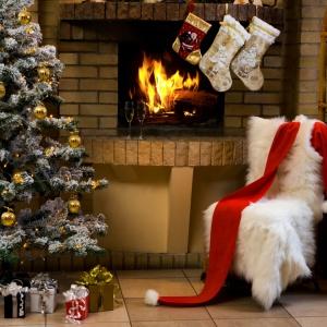 Złote ozdoby choinkowe podkreślą magię świąt w każdym wnętrzu. Fot. Fotolia.