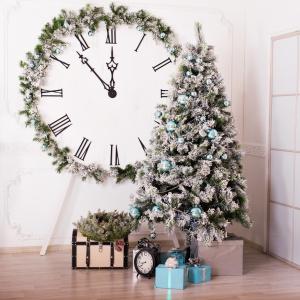 Choinkowe dekoracje domu to doskonały sposób na ozdobienie nawet zegara. Fot. Fotolia.