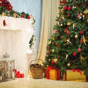 Bożonarodzeniowe drzewko ubrane w bombki w czerwono-złotej tonacji. Fot. Fotolia.