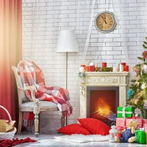 Utrzymane w ciepłej tonacji ozdoby choinkowe oraz dekoracje domu. Fot. Fotolia.