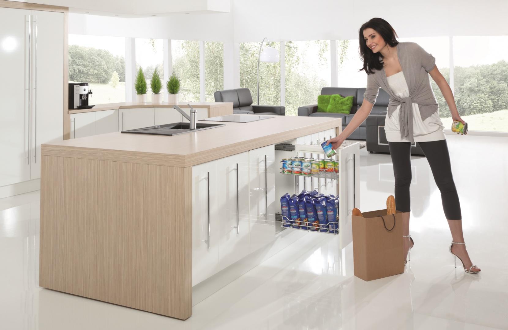 Takie niewielkie cargo w dolnych szafkach doskonale sprawdzi się w małych kuchniach. Jest pojemne i bardzo praktyczne. Na zdjęciu: cargo mini boczne firmy Rejs. Fot. Rejs.