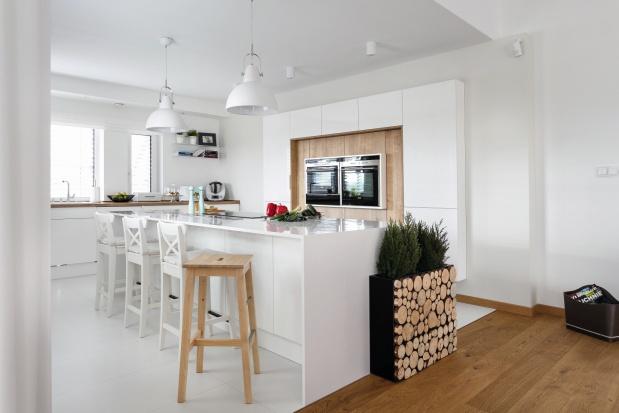 Wysoka zabudowa wsunięta w Piękna, biała kuchnia Gotowy projekt wnętrza   -> Kuchnia Z Wyspą Polączona Z Jadalnią