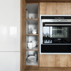 Dzięki temu, że pomiędzy obudową piekarników i szafkami jest widoczna różnica w głębokości, zabudowa zyskała indywidualny charakter. Projekt: Małgorzata Błaszczak. Fot. Artur Krupa.