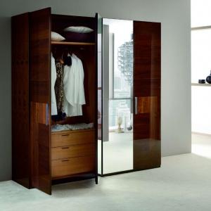 Szafa dostępna w ranach kolekcji Italia. Drewniane, lakierowane powierzchnie w zestawieniu ze szkłem prezentują się bardzo szlachetnie. Fot. Kler.