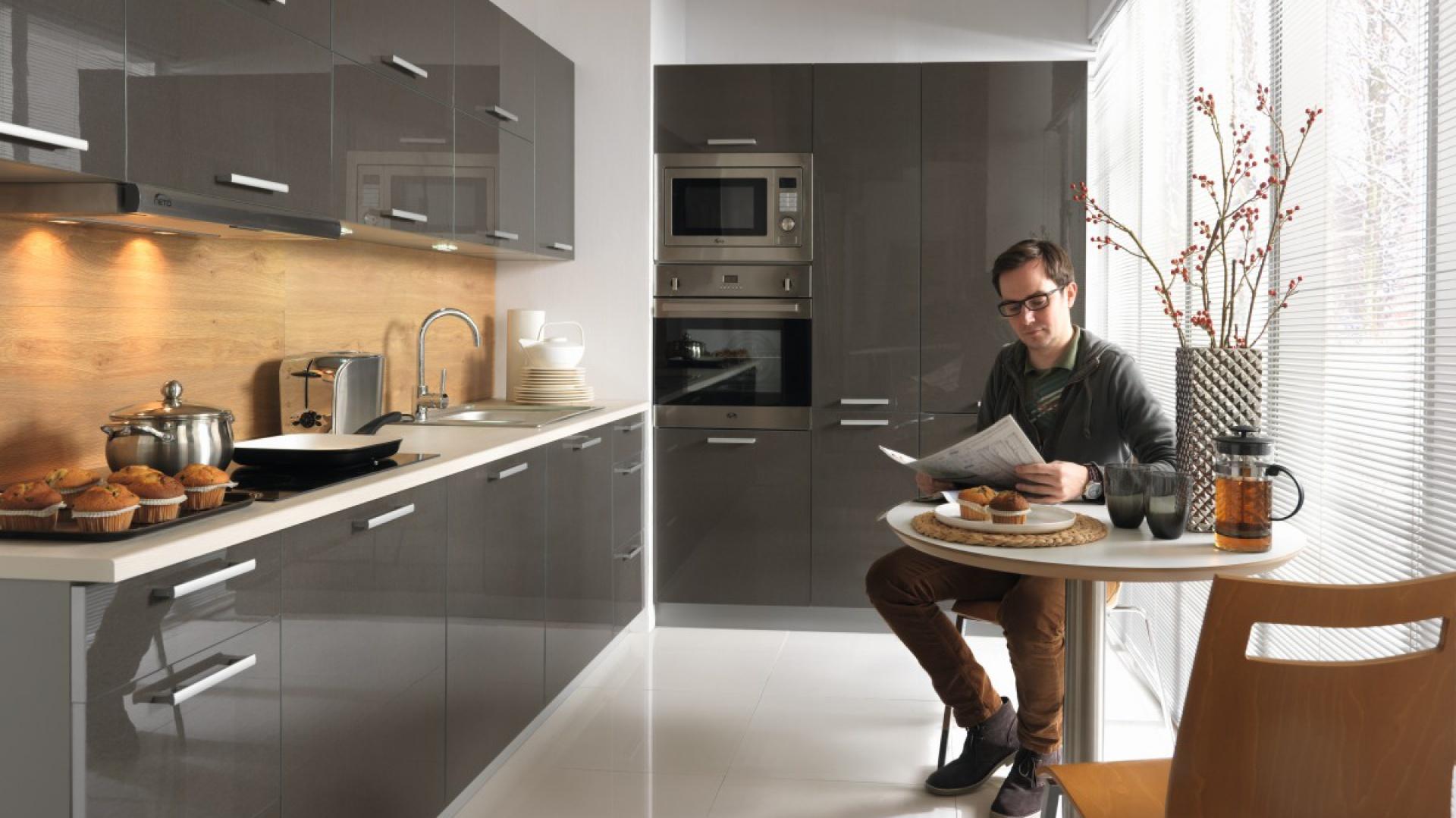 Nowoczesna kuchnia Tapo z linii Family Line dostępna jest w 4 kolorach: grafit, biały, bakłażan oraz beż szampański. Fronty na wysoki połysk odmienią nawet najbardziej najmniejsze pomieszczenie. Fot. Black Red White