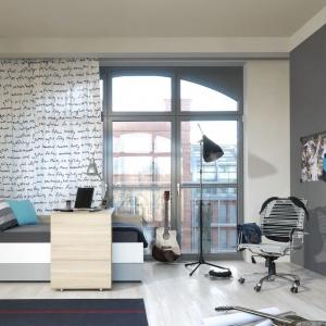 System Evolve. Łóżko można zakupić z przesuwanym blatem, który pełni także rolę biurka. Fot. Meble Vox.