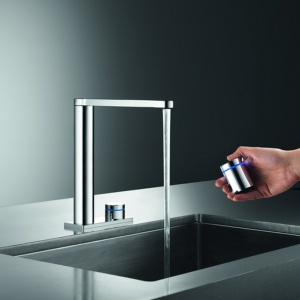 Bateria kuchenna KWC Ono Touch Light Pro marki Franke. Ułatwi pracę w kuchni dzięki możliwości zaprogramowania aż 3 ustawień wody. Posiada funkcję zdalnego sterowania oraz możliwość zmiany temperatury i siły przepływu wody z dowolnego miejsca. Wykończenie: chrom. Fot. Franke.
