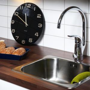 Bateria kuchenna Vienda marki Oras. Model jednouchwytowy z wysoką wylewką (36,5 cm). Posiada obrotową wylewkę, opływowy uchwyt, który pomaga łatwo utrzymać kran w czystości. Wykończenie: chrom lub satyna. Fot. Oras.