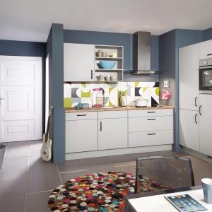 W otwartej strefie dziennej aneks kuchenny zajmuje niewiele miejsca. Zapewnia jednak sporo szafek i półek na przechowywanie. Na zdjęciu: meble z oferty marki Nobilia.