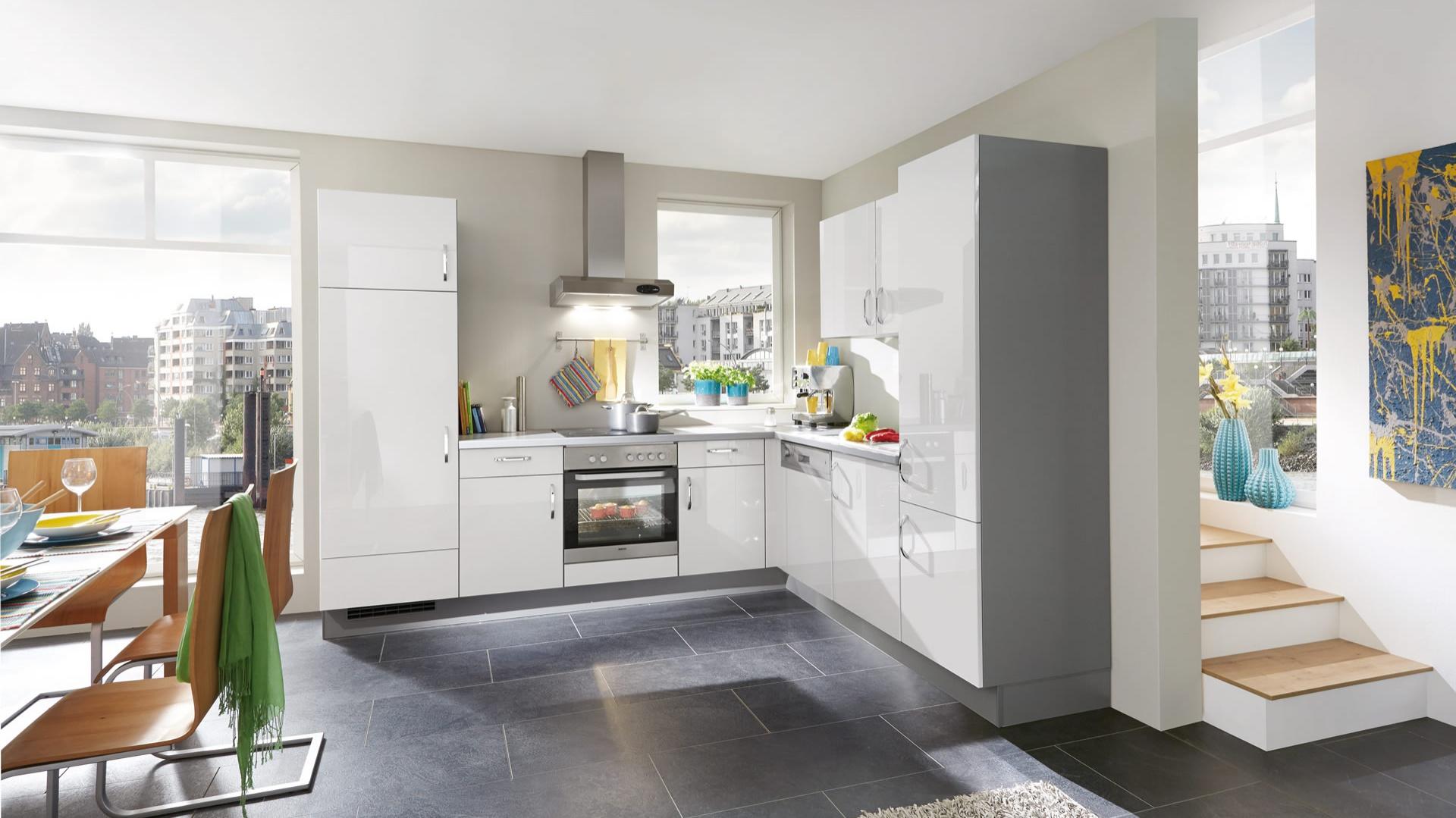 Gładkie, błyszczące fronty mebli kuchennych nadają im bardziej salonowy charakter. Biel w połysku optycznie powiększa też niewielki kuchenną przestrzeń wydzieloną w otwartej strefie dziennej. Na zdjęciu: meble z oferty marki Nobilia.