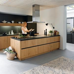 Meble kuchenne Rocca F734 to propozycja od firmy Schüller. Półwysep ma szafki i szuflady z dwóch stron. Od strony kuchni przechowuje się w nich naczynia i inne kuchenne rzeczy. Od strony salonu lub jadalni zaś to wygodne miejsce np. na stołowe akcesoria. Fot. Schüller.