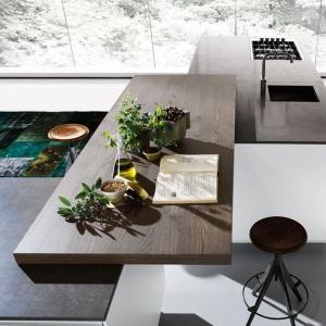 W kuchni Mood ekskluzywnej włoskiej marki Binova blat kuchenny może być wykonany do wyboru: z kompozytu lub naturalnego kamienia. Dodatkowo nakładany blat drewniany. Fot. Kari Mobili/Binova.