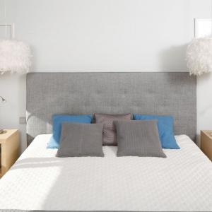 Pierzaste klosze lamp wyglądają jak unoszące się w powietrzu chmury. To detal, który wnętrzu sypialni nadaje przytulności i spokoju. Projekt: Marta Kruk. Fot. Bartosz Jarosz.