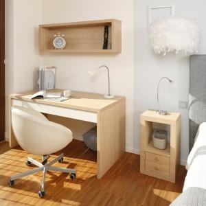 Przestrzeń pracy w sypialni została oddzielona innym kolorem ściany. W ten sposób sąsiadujące ze sobą strefy uzupełniają się, choć każda jest na swój sposób indywidualną przestrzenią. Projekt: Marta Kruk. Fot. Bartosz Jarosz.