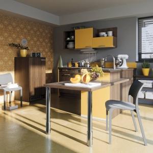 Niewielka kuchnia z wygodnym barkiem. Brązowe front nadają jej elegancji, a kolor żółty pięknie ożywia. Na zdjęciu: meble z programu PN 100 marki Pino.