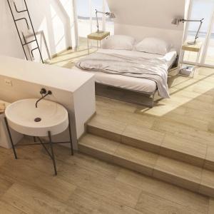 W ciepłych odcieniach jasnego drewna - płytki ceramiczne Almonte marki My Way by Paradyż Group. Fot. My Way by Paradyż Group.