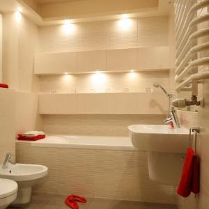 Łazienka ma tylko 5 m kwadratowych. Uwagę zwraca ciekawie zaprojektowane oświetlenie. Fot. Bartosz Jarosz.