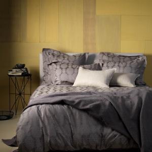 Pościele z satyny lub innej połyskującej tkaniny to elegancki dodatek do sypialni. Dzięki nim zaścielone łóżko prezentuje się stylowo. Fot. Secret Linen Store.