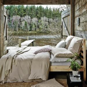 Arstystyczny nieład w dekoracji sypialni polega na zaścieleniu łóżka tak, jakby się z niego dopiero wstało. Wszystko jest lekko pogięte i leży w zaplanowanym nieładzie. Fot. Houseology.