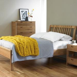 Koc ułożony w nogach materaca doda aranżacji sypialni przytulności. Doskonale sprawdzą się koce uplenione z grubej włóczki. Fot. Furniture Village.