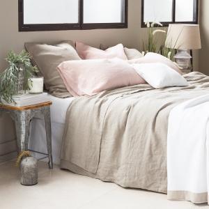 Len nadaje wnętrzom ciepła i sprawia, że wydają się bardzo przytulne. Materiał ten jest bardzo delikatny i doskonale prezentuje się w formie narzuty lekko spływającej po brzegach łóżka. Fot. Zara Home.