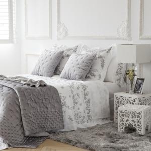 Kwieciste motywy doskonale pasują do klasycznych aranżacji sypialni. To także motyw idealny do kobiecych wnętrz. Fot. Zara Home.