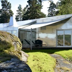 Oryginalny dom, którego elewacje oraz dach w całości wykonano z aluminium. Projekt: Einar Jarmund, Håkon Vigsnæs, Alessandra Kosberg, Ane Sønderaal Tolfsen. Fot. Nils Petter Dale.