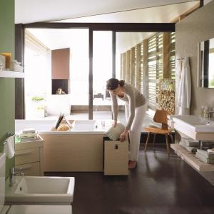 Z praktycznym schowkiem na łazienkowe drobiazgi - wanna 2nd floor firmy Duravit. Fot. Duravit.