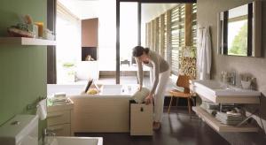 Pod wanną można mieć schowek, półki, szafki. Jak je zaprojektować? Najwygodniej kupić gotową wannę, która służy także jako mebel.