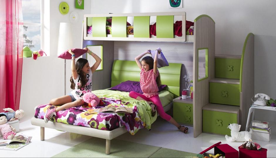 Pokój z piętrowym łóżkiem to idealna opcja dla rodzeństwa. Mebel o soczystych, wesołych kolorach nada wnętrzu dziecięcej beztroski. Fot. Giessegi.