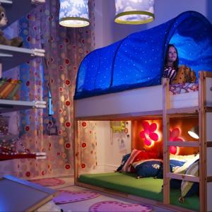 Łóżko piętrowe z zasłoną sprawi, że przy zapalonym świetle w nocy, dziecko będzie spało niemalże pod gwiazdami. Fot. IKEA.