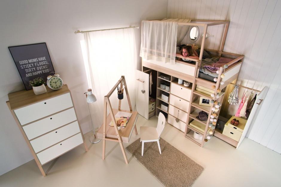 Łóżko na antresoli może być ciekawą propozycją dla starszego dziecka. Szafa i półki pod materacem zapewnią dużą ilość miejsca do przechowywania, ale nie zmniejszą pokoju. Fot. Meble Vox.