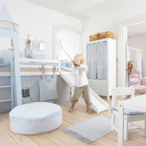 Specjalne pokrowce na stelaż łóżka sprawią, że mebel nabierze zupełnie nowego wyrazu. Kiedy dziecko dorośnie i znudzi się zabawą w domek, tkaninę można zdjąć i pozostawić łóżko w formie klasycznej. Fot. Seart.