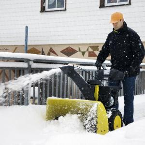 Daleki wyrzut śniegu pozwala nam na usunięcie go w wybrane przez nas miejsce, a wysypywany śnieg rozkłada się równomiernie przez co nie tworzy się wysoka hałda, jak przy odśnieżaniu ręcznym. Fot. Karcher.