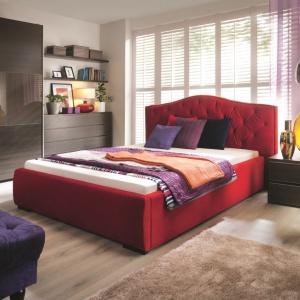 Tapicerowane łóżka doskonale komponują się z przyjemnymi w dotyku, miękkimi tkaninami. Warto więc ozdobić je puszystymi poduszkami lub narzutą z lśniącym wzorem. Fot. Black Red White.