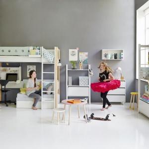 Piętrowe łóżko to doskonały pomysł do małego pokoju w bloku, gdzie dwa osobne meble do spania mogłyby zagracić całą przestrzeń lub wstawienie ich byłoby zupełnie niemożliwe. Fot. Flexa.