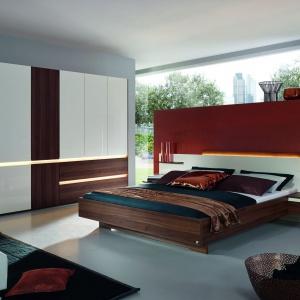 Atami to nowoczesna kolekcja mebli do sypialni. Panel będący jednocześnie zagłówkiem ma wbudowane półki, które są doskonałym miejscem do odłożenia książki przed snem. Fot. Agata Meble.