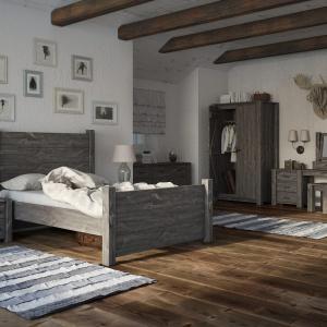 Drewniane, masywne łóżko z kolekcji postarzanych mebli Country wykonane zostało z wyselekcjonowanego, litego drewna zabezpieczonego naturalnym woskiem i wykończone w kolorze szarym. Fot. Seart.