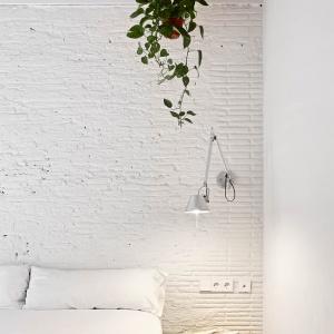 Białą cegłę zastosowano również w przestrzeni jednej z sypialni. Z dominującą śnieżną barwą kontrastują ciemne belki stropowe. Projekt: MESURA, Partners in Architecture. Fot. José Hevia.
