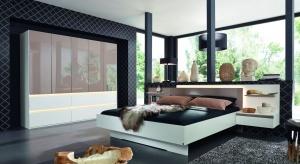 Nowoczesny styl jest bardzo modny i świetnie prezentuje się w sypialni. Zobacz najciekawsze kolekcje mebli.