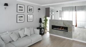 Lustro w salonie to nie tylko gustowna dekoracja, ale też doskonały sposób na optyczne powiększenie przestrzeni. Zobaczcie jak prezentuje się w polskich domach.