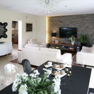 Przestronny salon urządzono w nowoczesnym stylu. Nie pozbawiono go jednak klasycznych, eleganckich form.  Projekt: Piotr Stanisz. Fot. Bartosz Jarosz.
