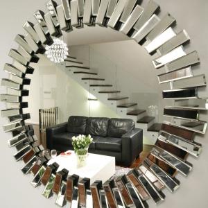 W niedużym lustrze pięknie odbija się cała strefa wypoczynku. Projekt: Magdalena Wielgus-Biały. Fot. Bartosz Jarosz.