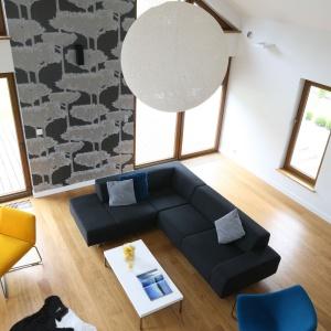 W otwartym na dwie kondygnacje salonu - lampa - kula, niczym słońce, rozświetla przestrzeń. Projekt: Małgorzata Galewska. Fot. Bartosz Jarosz.